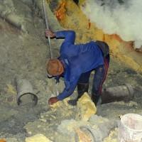 Au coeur du volcan avec les ramasseurs de soufre
