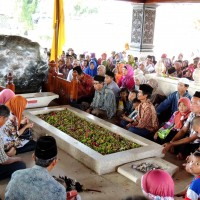 Recueillement sur la tombe de Bung Karno