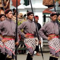 Cérémonie devant le palais du sultan