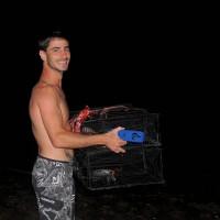 Damien partant pêcher du crabe