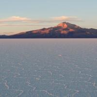 Le volcan Tunupa surplombant le salar d'Uyuni