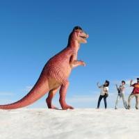 Tout petits face à ce T-Rex de plastoc
