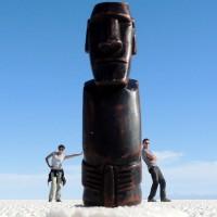 Un moaï au milieu du salard'Uyuni